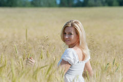 Schöne Frau lächelt auf dem Gebiet Lizenzfreie Stockfotografie