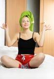 Schöne Frau meditiert auf dem Bett zu Hause Stockfotos