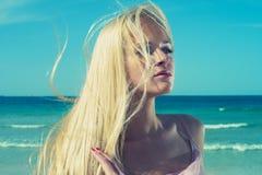Schöne Frau in Meer Stockbild
