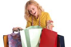 Schöne Frau mit Überraschung schaut in einem Beutel lizenzfreies stockfoto