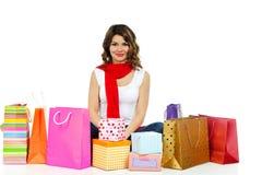 Schöne Frau mit anwesenden Kästen und den Einkaufstaschen getrennt stockfoto