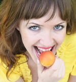 Schöne Frau mit Aprikose Stockbild