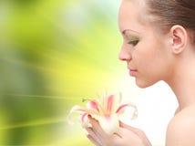 Schöne Frau mit Blume Stockfoto