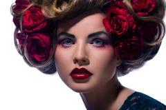 Schöne Frau mit Blume im Haar Stockfoto