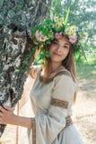 Schöne Frau mit Blume Wreath Lizenzfreies Stockfoto