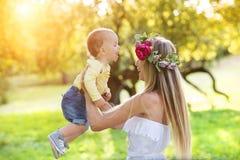 Schöne Frau mit Blume Wreath Stockbild