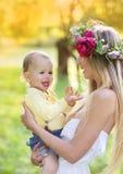 Schöne Frau mit Blume Wreath Lizenzfreie Stockfotos