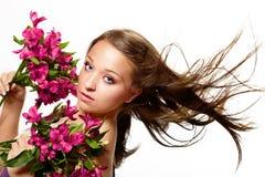 Schöne Frau mit Blumen stockbild