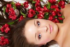 Schöne Frau mit Blumen stockfoto