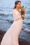 Schöne Frau mit Blumenstrauß stockfotos