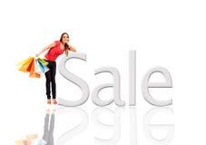 Schöne Frau mit bunten Einkaufenbeuteln Lizenzfreie Stockfotografie