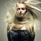 Schöne Frau mit dem ausgezeichneten Haar Stockfotografie