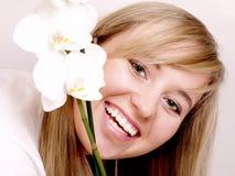 Schöne Frau mit dem blonden Haar im Badekurort Stockfoto
