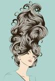 Schöne Frau mit dem flippigen ausführlichen Haar lizenzfreie abbildung