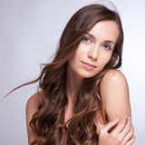 Schöne Frau mit dem langen braunen Haar Nahaufnahmeporträt einer Gussnaht stockbild