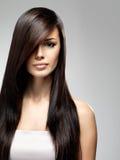 Schöne Frau mit dem langen geraden Haar Stockbild