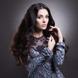 Schöne Frau mit dem langen Haar Stockbilder
