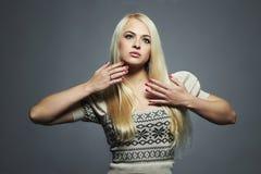 Schöne Frau mit dem langen Haar im Kleid Blondes Mädchen Gesundes Haar Stockfotos