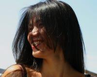 Schöne Frau mit dem langen schwarzen Haar lizenzfreie stockbilder