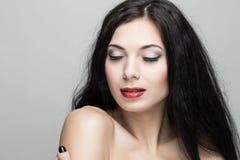 Schöne Frau mit dem lockigen Haar Stockbild
