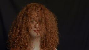 Schöne Frau mit dem roten Haar stock video