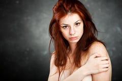 Schöne Frau mit dem roten Haar und den Freckles stockfotos