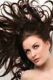 Schöne Frau mit dem sauberen glänzenden Haar lizenzfreie stockfotos