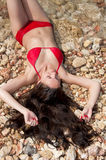 Schöne Frau mit dem schönen Haar in einem Bikini lizenzfreies stockbild