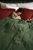 Schöne Frau mit dem Tätowierungschlafen stockbild