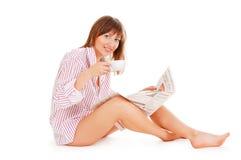 Schöne Frau mit dem Tasse Kaffee lizenzfreie stockfotografie