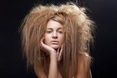 Schöne Frau mit dem wilden Haar lizenzfreie stockfotografie