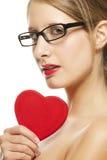Schöne Frau mit den Gläsern, die rotes Inneres anhalten Lizenzfreies Stockbild