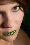 Schöne Frau mit den grünen Lippen Stockfotos