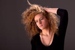 Schöne Frau mit den Händen, die das Haar anhalten lizenzfreie stockbilder