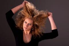 Schöne Frau mit den Händen, die das Haar anhalten lizenzfreie stockfotografie