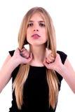 Schöne Frau mit den Händen, die das Haar anhalten stockfotografie