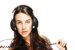 Schöne Frau mit den Kopfhörern, die Netzkabel anhalten stockbilder