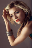 Schöne Frau mit den korallenroten Lippen Lizenzfreie Stockbilder