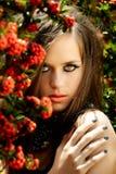 Schöne Frau mit den korallenroten Lippen Stockfoto