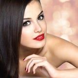 Schöne Frau mit den langen braunen geraden Haaren Stockbilder