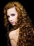 Schöne Frau mit den langen lockigen Haaren Stockbilder