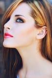 Schöne Frau mit den rosafarbenen Lippen Stockfotografie