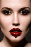 Schöne Frau mit den roten Lippen Stockfoto