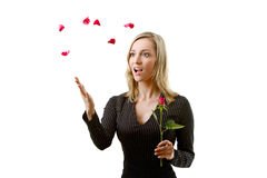 Schöne Frau mit den roten Roseblumenblättern Stockbild