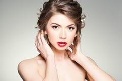 Schöne Frau mit der perfekten Haut, die natürliches Make-up trägt Stockbild