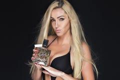 Schöne Frau mit Duftstoff Stockfotografie