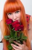 Schöne Frau mit einem Blumenstrauß der Rosen Lizenzfreie Stockfotografie