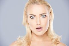 Schöne Frau mit einem entsetzten Ausdruck Lizenzfreies Stockbild