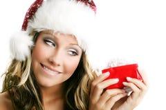 Schöne Frau mit einem Geschenk Lizenzfreies Stockfoto