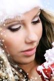 Schöne Frau mit einem Geschenk Stockfotografie